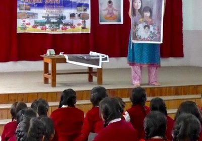 A practitioner talks to students at a public school about the persecution of Falun Dafa in China.