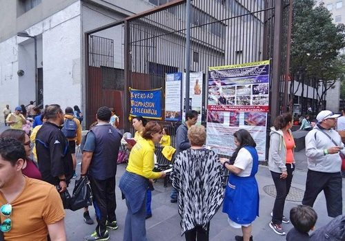 Falun Gong practitioners tell people about the persecution in China outside the Historic Center of Mexico City.