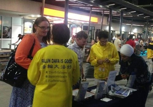 Visitors learn about Falun Gong and sign a petition to end the persecution in China.