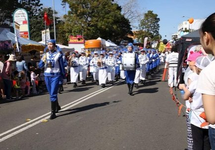 "Falun Dafa practitioners attended the parade at the ""Spring into Corrimal"" Family Festival on September 11, 2016."