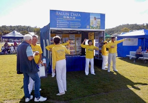 Falun Dafa practitioners demonstrate the exercises and talk to people at the Pacific Pines Winterfest in Gold Coast, Queensland.