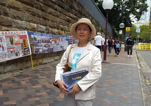 A-wen talks to Chinese tourists near the Sydney Opera House about the persecution of Falun Dafa in China.