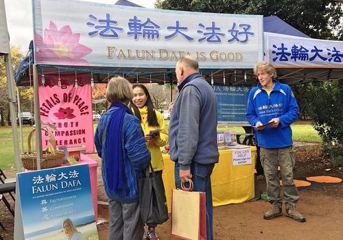 Falun Gong practitioners' information booth at Violet Town market.