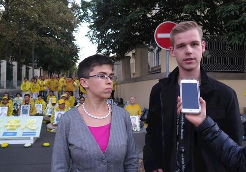 Dr. Olga Richterová, Member of Parliament of Czech (left), and František Kopřiva, Member of the Chamber of Deputies, attended a rally in front of the Chinese embassy in Prague to support Falun Gong.