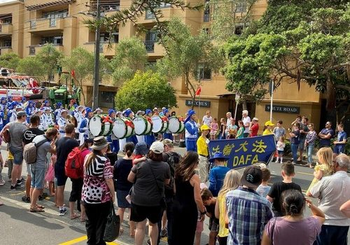 New Zealand Falun Dafa practitioners were invited to join six parades on the weekend of December 7-8, 2019.