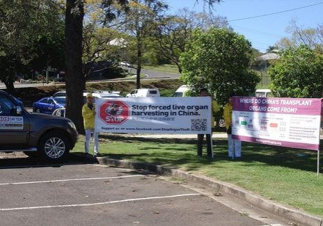 The car tour stops in Stanthorpe. Local newspaper Stanthorpe Border Post interviewed the practitioners. Many people signed the petition to condemn the persecution in China.